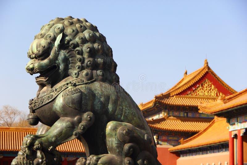 一头古铜色狮子在故宫 免版税库存图片
