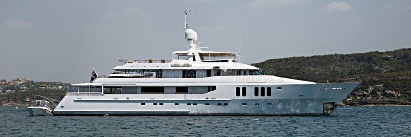 一90吨加上,在船锚的豪华巡航的马达超级游艇在Sy 图库摄影