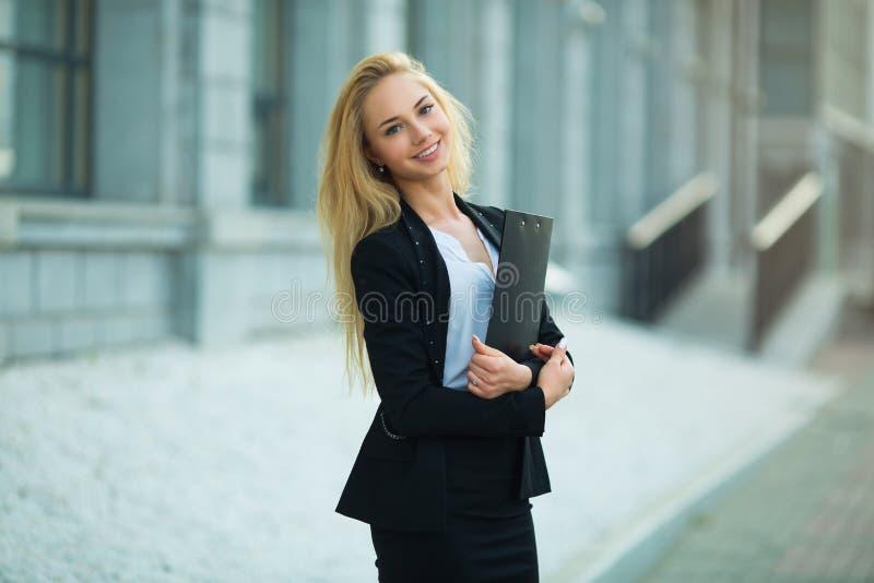 一件黑夹克的美丽的女孩 图库摄影