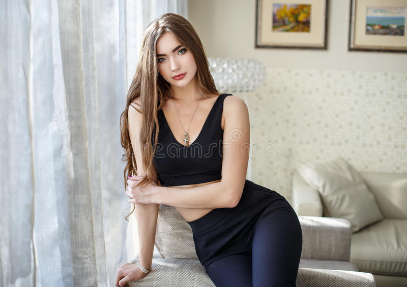 一件性感的短的礼服的少妇 免版税库存图片