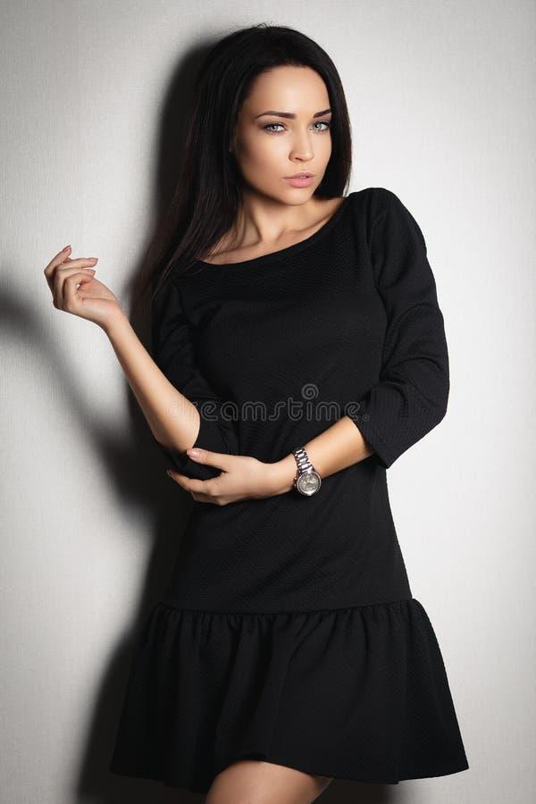 一件性感的短的礼服的美丽的妇女 免版税库存照片