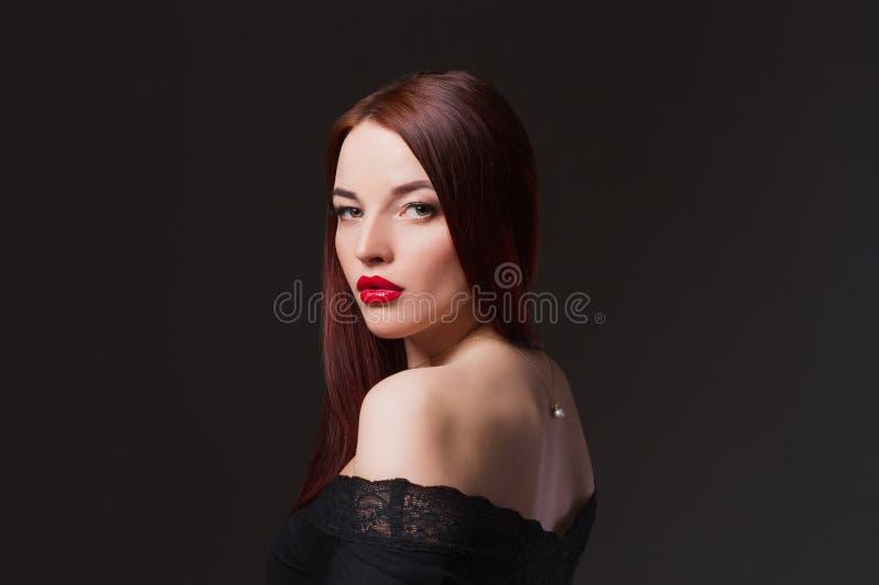一件黑性感的礼服的美丽的女孩 库存照片