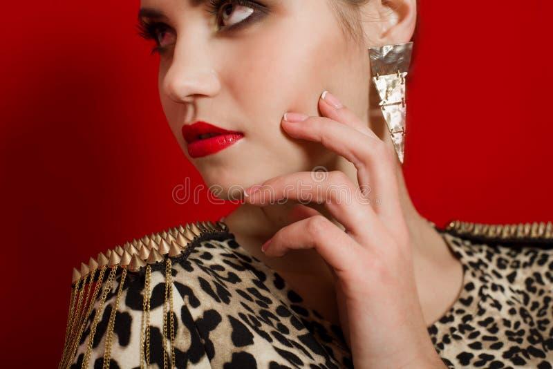 一件时髦礼服的美丽的女孩 免版税库存图片