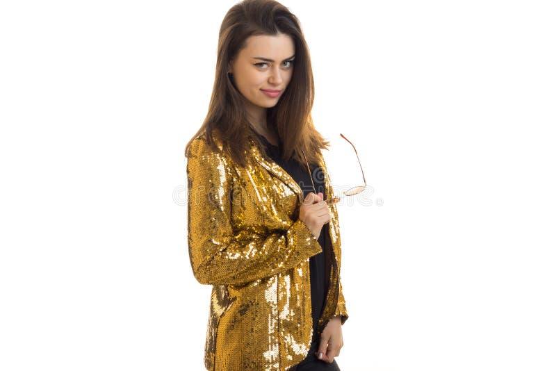 一件明亮的夹克的美丽的时尚女孩有衣服饰物之小金属片的 免版税图库摄影