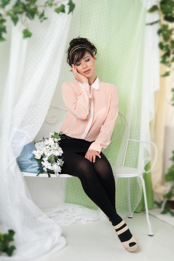 Download 妇女坐长凳 库存照片. 图片 包括有 成人, 长凳, 情感, beauvoir, 生活方式, 工作室, 表示 - 30335568