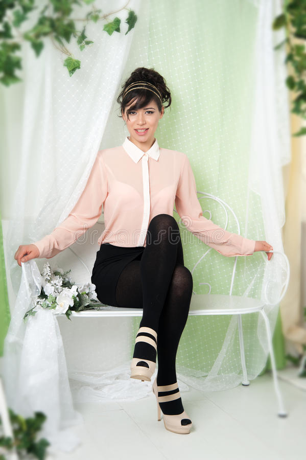 Download 妇女坐长凳 库存照片. 图片 包括有 偶然, 阴物, 魅力, 开会, 幸福, 工作室, beauvoir - 30335578