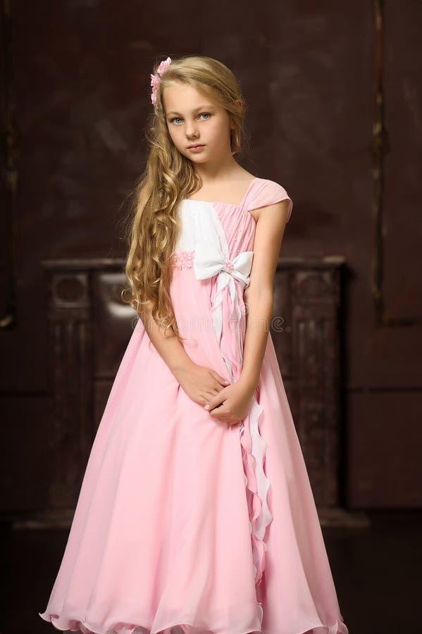一件桃红色礼服的女孩 库存照片