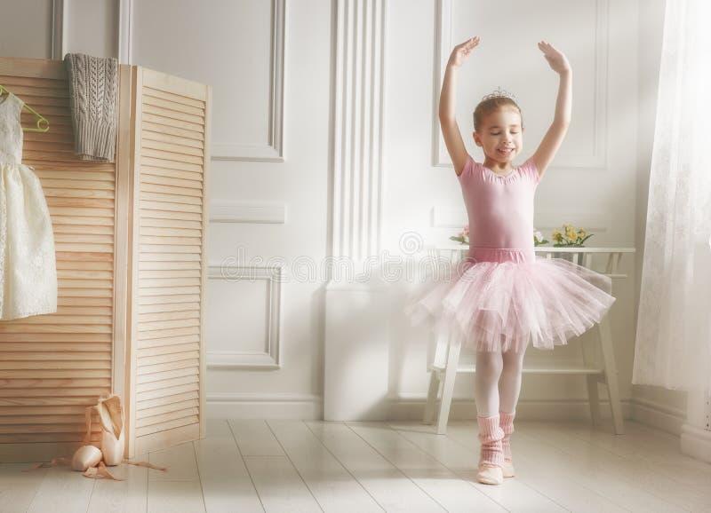 一件桃红色芭蕾舞短裙的女孩 库存图片