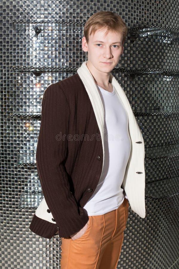 一件棕色夹克的一个人充塞了手 免版税库存图片