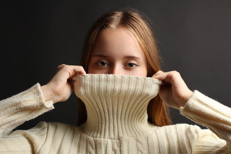 一件温暖的毛线衣的女孩 免版税库存图片