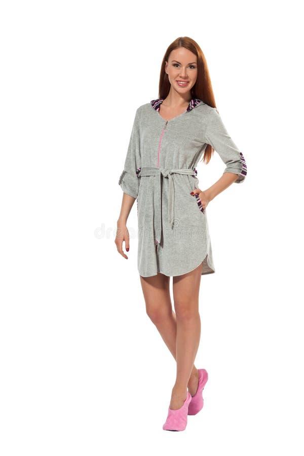 一件灰色浴巾的一个女孩 免版税图库摄影