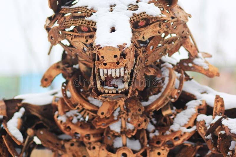 一头狂放的熊的雕塑由刮金属制成 免版税库存图片
