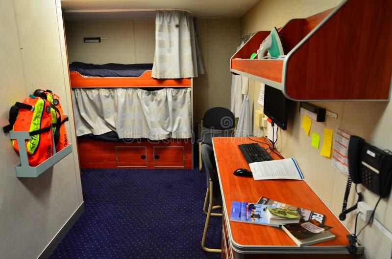 一间生存客舱的内部与床的在军舰巡逻艇 免版税库存照片