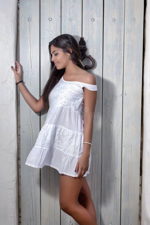 一件白色礼服的美丽的妇女 免版税库存照片