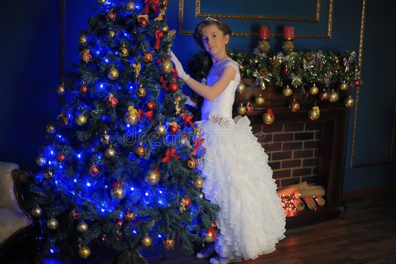 一件白色礼服的长发女孩 库存照片