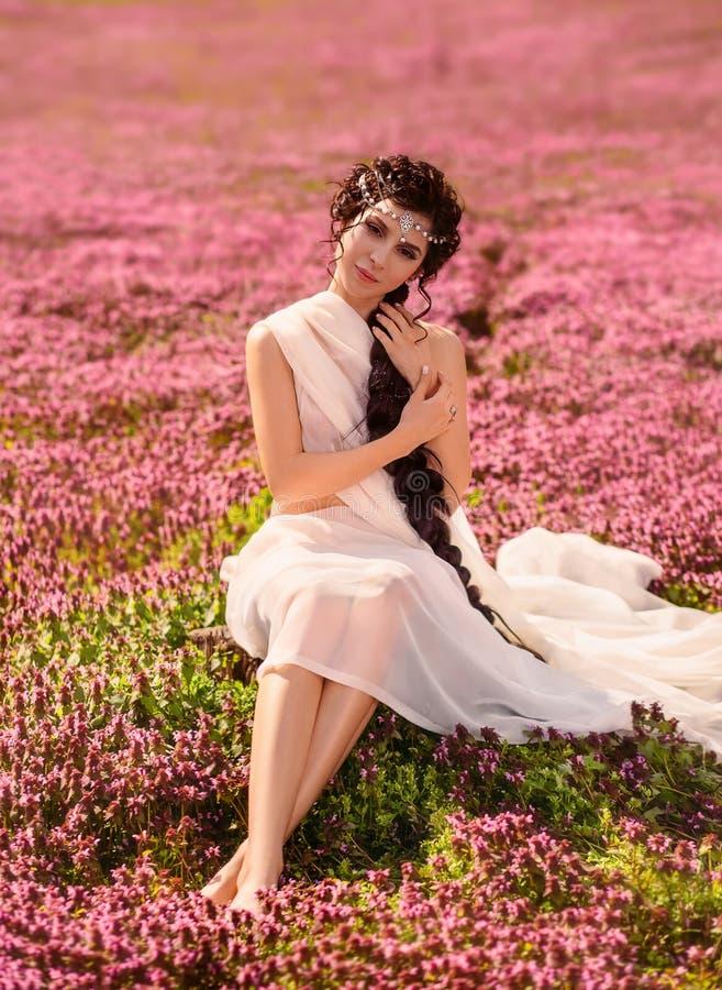 一件白色葡萄酒礼服的一个美丽的女孩 免版税库存图片