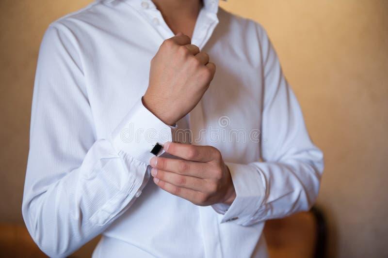 一件白色衬衣礼服链扣的新郎 库存图片