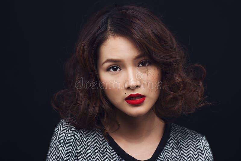 一件黑礼服的可爱的年轻亚裔妇女 时髦的女孩方式 免版税库存图片