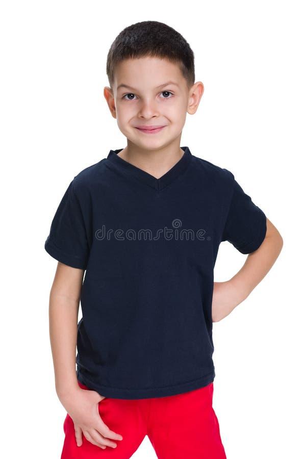 一件红色衬衣的英俊的年轻男孩 图库摄影