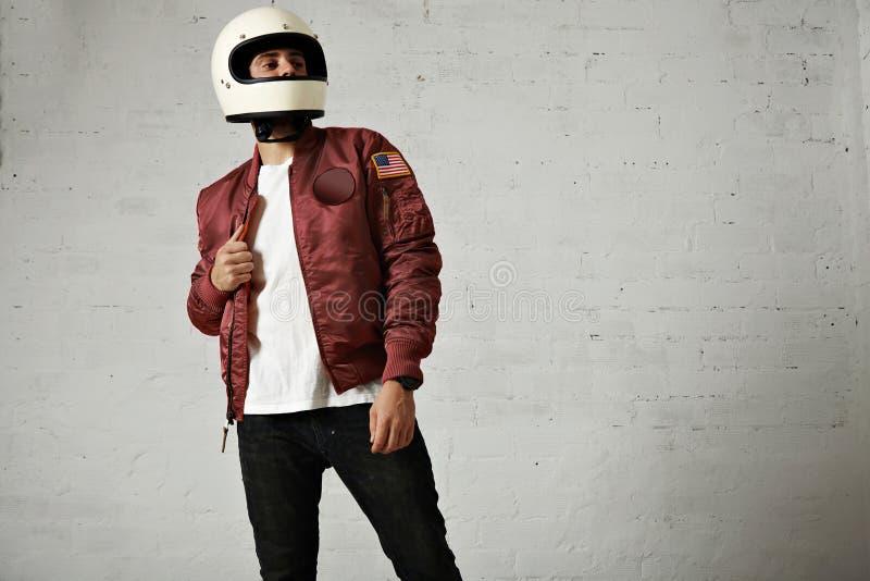 一件红葡萄酒飞行员夹克的人有盔甲的 免版税图库摄影