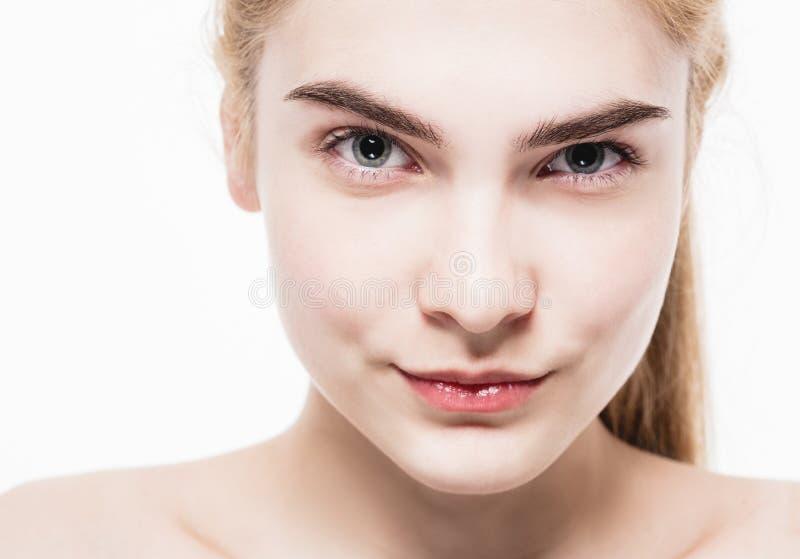 一头美丽的少妇金发的惊人的画象有完善的皮肤特写镜头的 免版税图库摄影