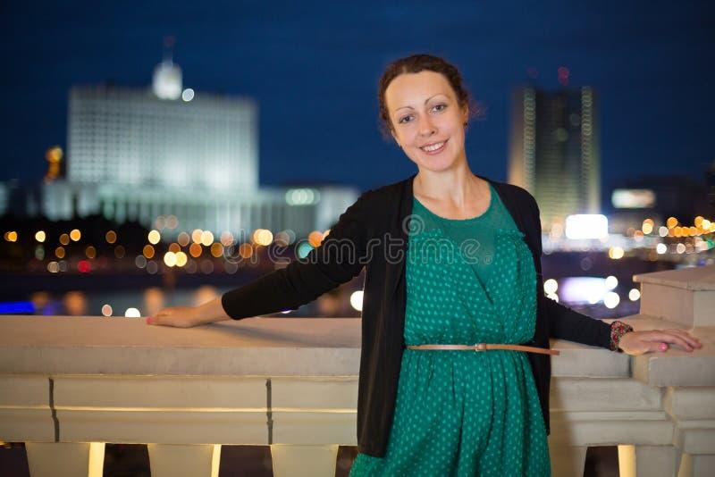一件绿色礼服的俏丽的女孩 免版税库存图片