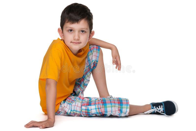一件黄色衬衣的小男孩 免版税库存照片
