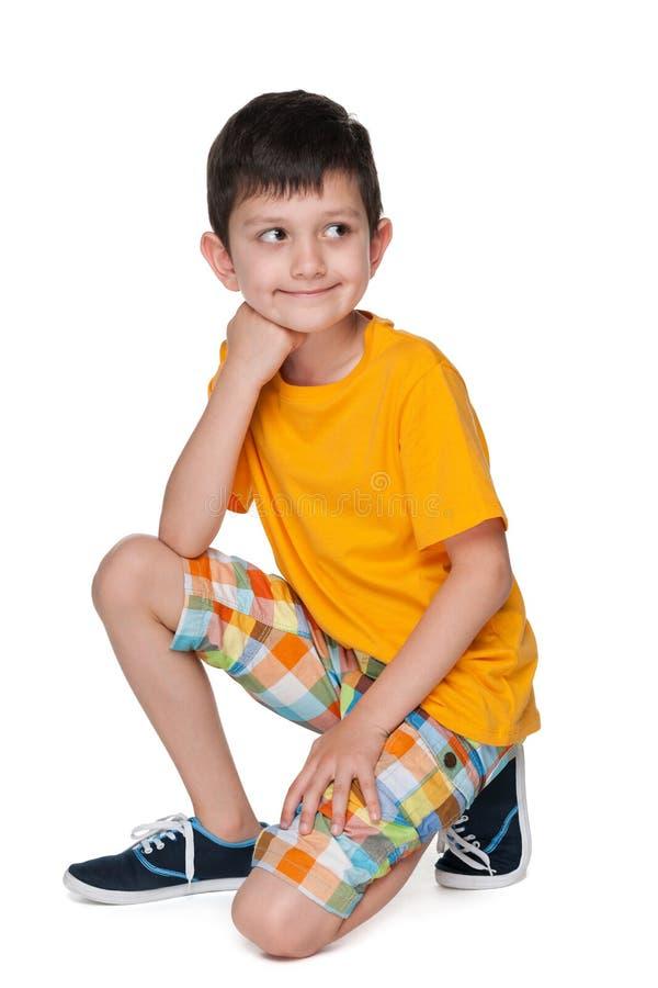 一件黄色衬衣的微笑的小男孩 免版税库存图片