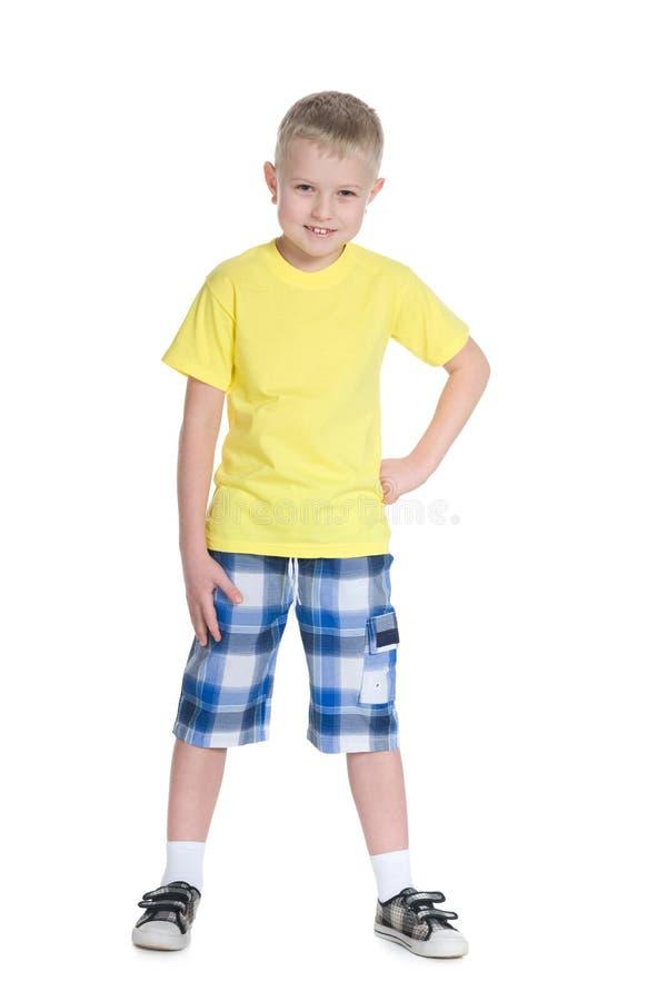 一件黄色衬衣的愉快的小男孩 免版税库存照片
