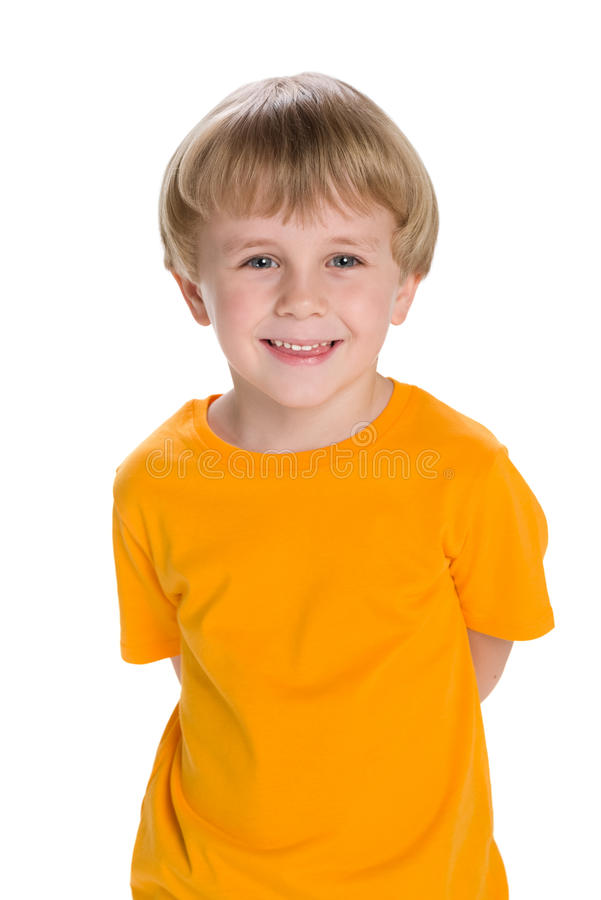 一件黄色衬衣的笑的小男孩 库存图片