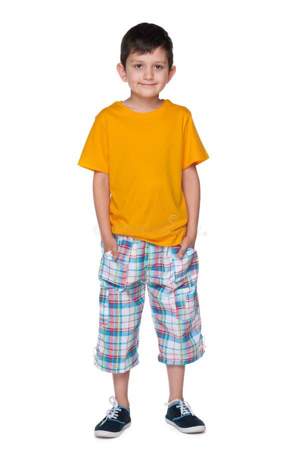 一件黄色衬衣的英俊的年轻男孩 库存图片