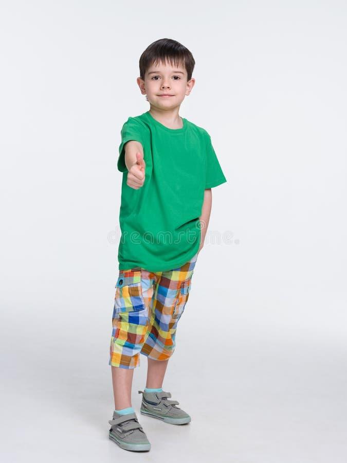 一件绿色衬衣的逗人喜爱的年轻男孩 库存图片
