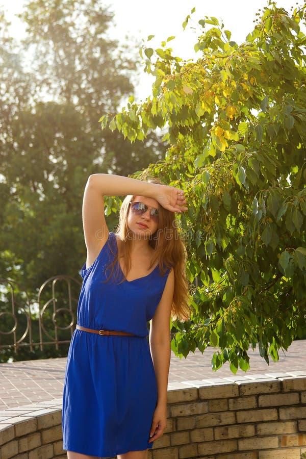 一件蓝色礼服的女孩公园 库存照片