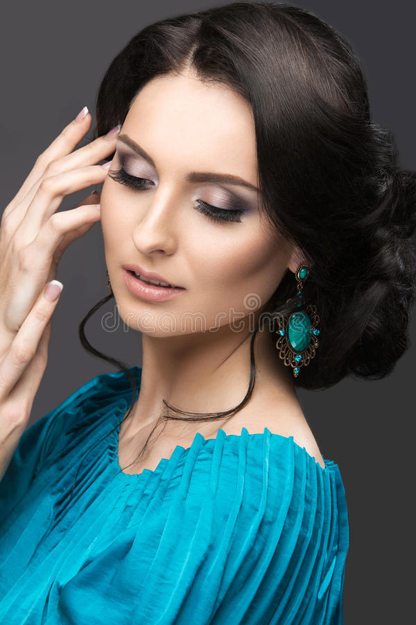 一件蓝色礼服的美丽的女孩有晚上构成和发型的 秀丽表面 免版税图库摄影