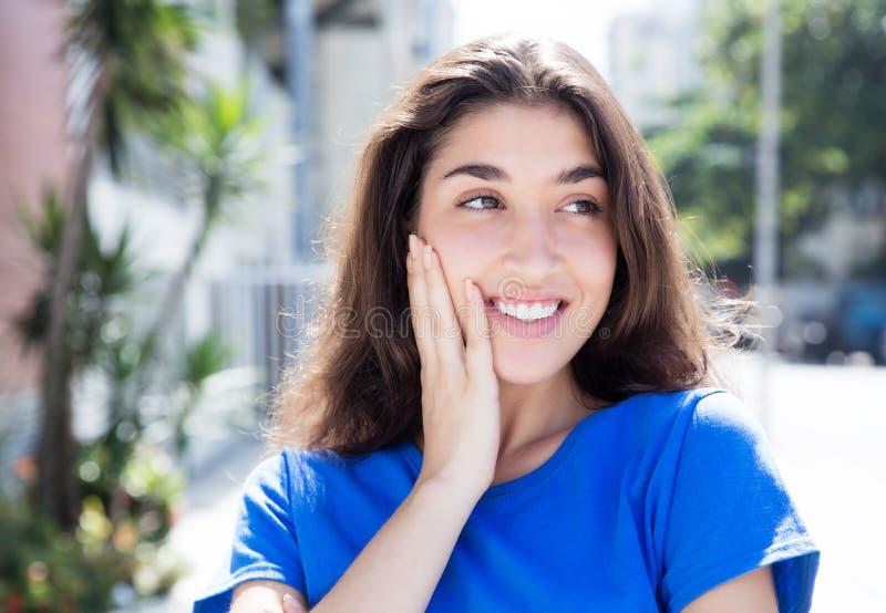 一件蓝色衬衣的惊奇的白种人妇女 图库摄影