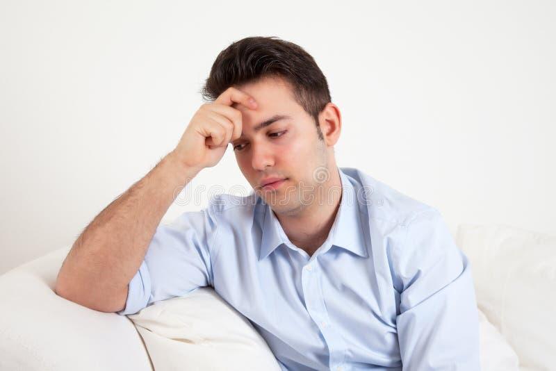 一件蓝色衬衣的西班牙人感到哀伤 库存图片