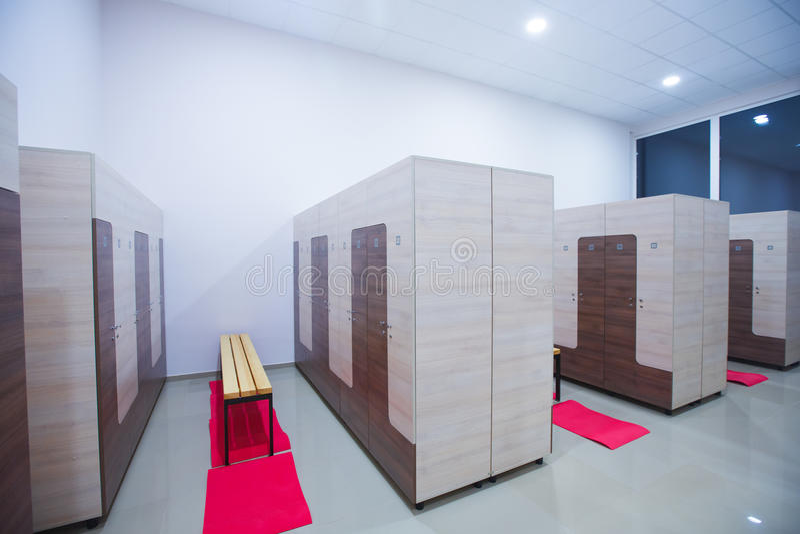 一间衣物柜更衣室的现代内部健身中心健身房的 库存图片