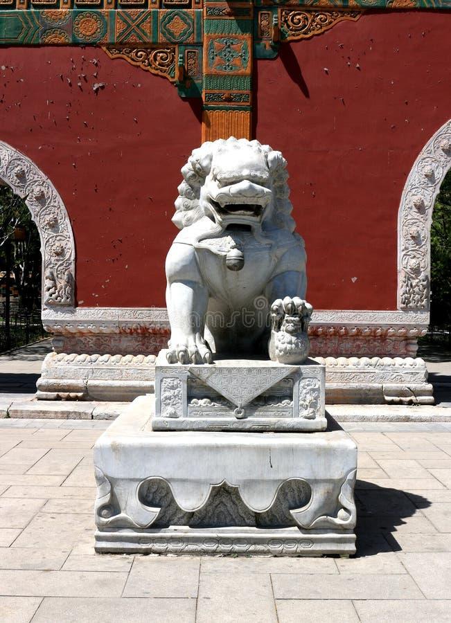 一头被雕刻的石狮子在北海公园在北京,中国文化一个非常著名传统艺术样式,手段保障和auth 免版税库存照片