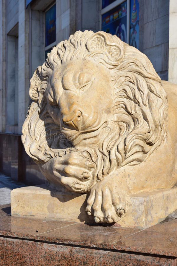 以一头说谎的狮子为特色的雕象在阿斯塔纳 图库摄影