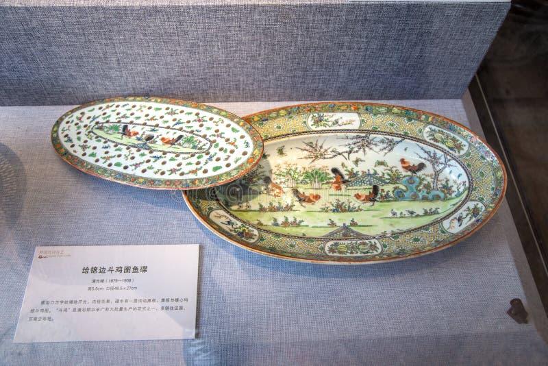 一件陶瓷艺术作品在皇帝期间光绪王朝的清代的,绘与板材雄鸡战斗 免版税库存照片