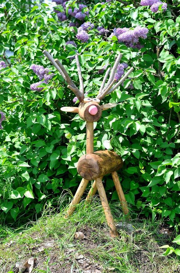 Download 一头鹿的图从树,庭院装饰的 库存照片. 图片 包括有 工厂, bossies, 植物群, 现代, 黄色, beautifuler - 72362808