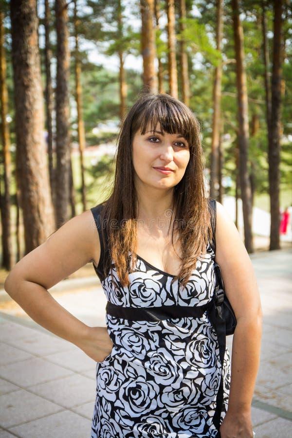 一年轻womang在森林 免版税库存图片