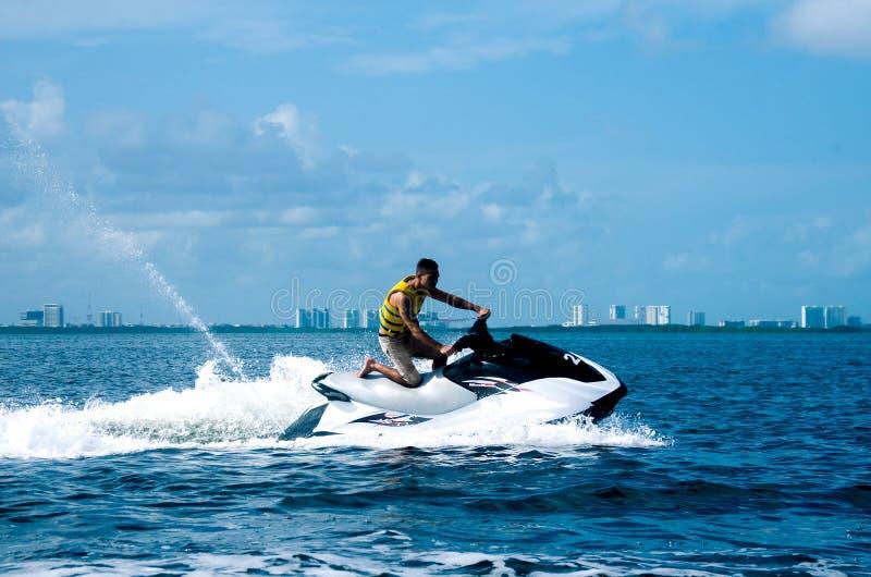 一waverunner的人在加勒比海 库存照片