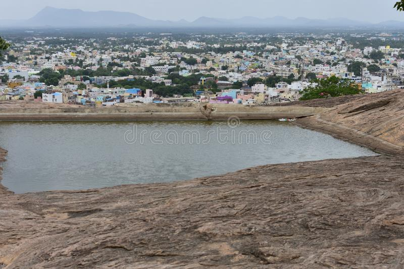 丁迪古尔,Tamilnadu,印度- 2018年7月13日:池塘和洞在丁迪古尔岩石堡垒 库存图片