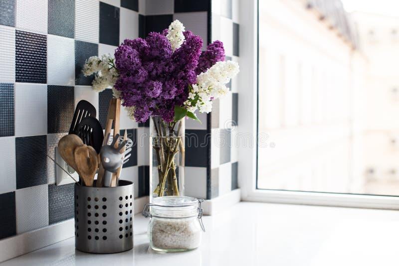 丁香和厨房器物 库存照片