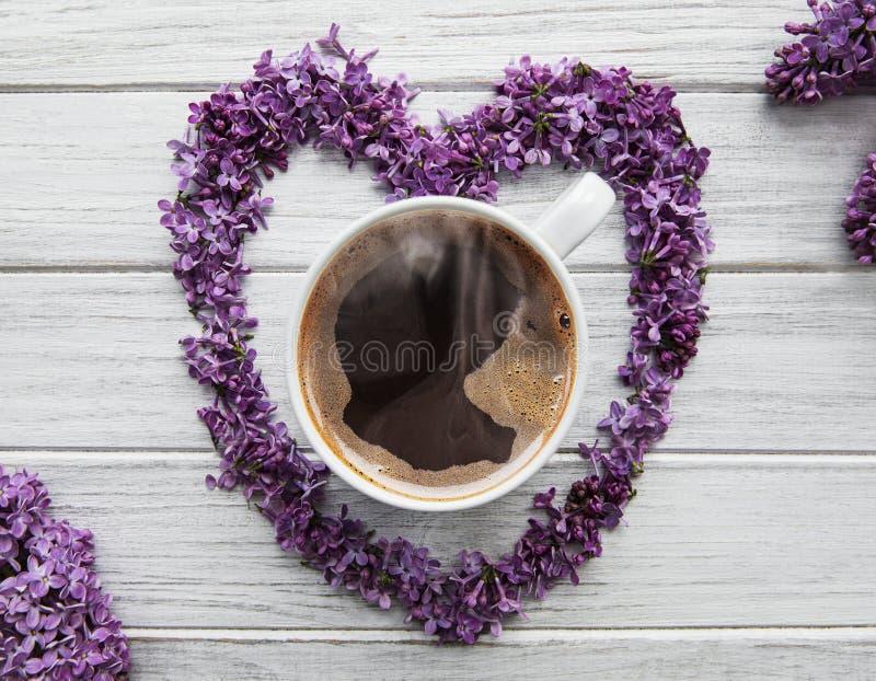丁香花和咖啡 免版税库存照片