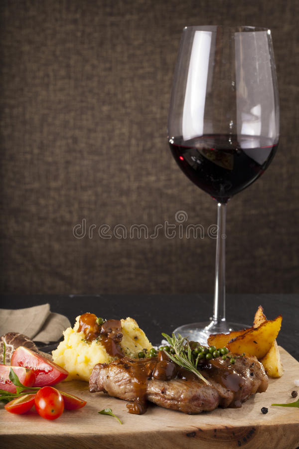 Download 丁骨牛排 库存图片. 图片 包括有 beeves, 正餐, 烹调, 土豆, 准备, 少见, 内圆角, 黑暗 - 59107351