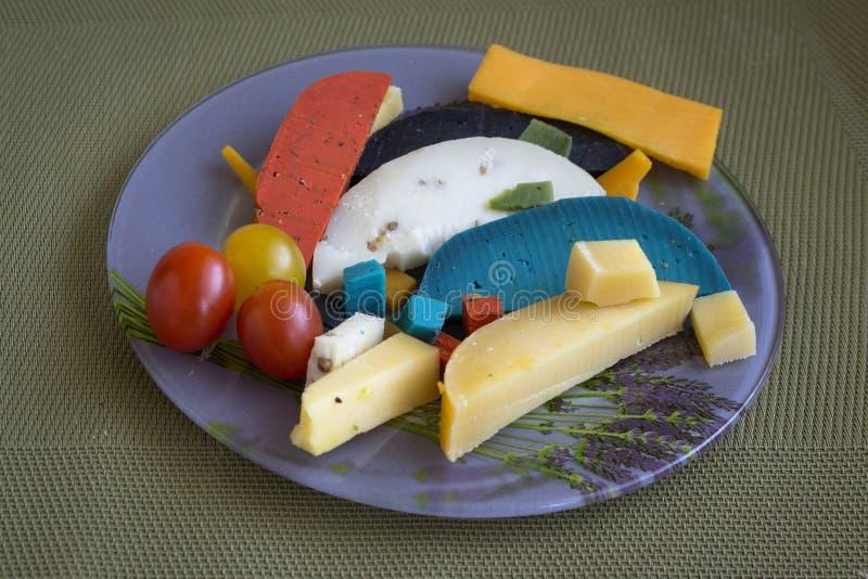 七多彩多姿的乳酪用橄榄和西红柿 免版税库存照片