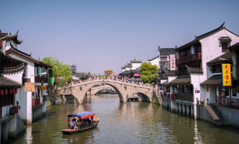 七宝,上海,中国- 4月7,2012 :七宝水村庄、小船在主要运河和一座老桥梁 免版税库存照片