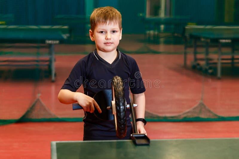 七岁的白种人孩子和台球模拟器 r 免版税图库摄影